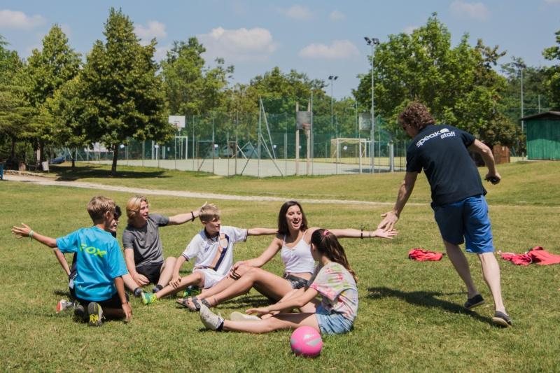rustin scambia un high five con i ragazzi madrelingua del summer camp