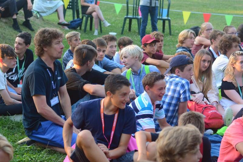 Rustin Schutte seduto tra i partecipanti del camp durante la cerimonia di consegna degli attestati